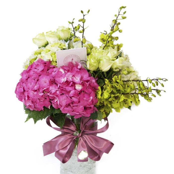 Hortensia rosa con dendrodium verde